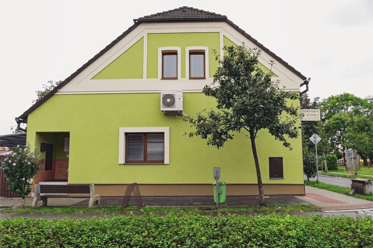 budova kliniky ze strany s vchodem
